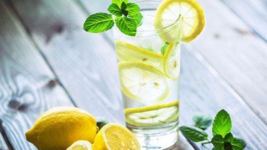 https://www.ragusanews.com//immagini_articoli/22-03-2019/acqua-limone-fare-buon-drink-500.jpg