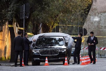 https://www.ragusanews.com//immagini_articoli/22-03-2019/misteriosa-limousine-presidente-cinese-foto-240.jpg