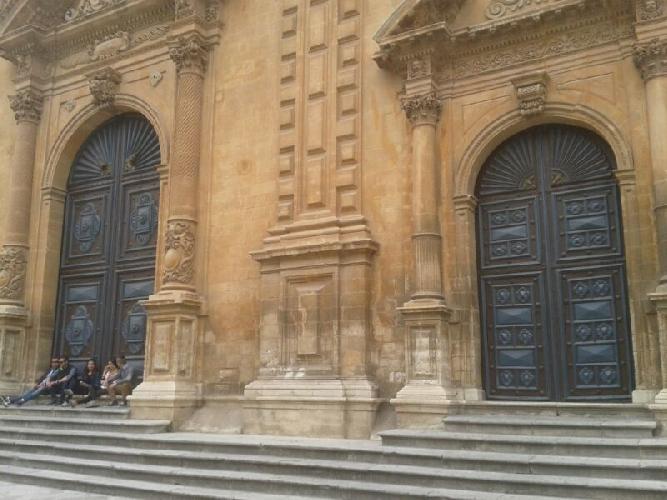 http://www.ragusanews.com//immagini_articoli/22-04-2014/la-chiesa-di-san-pietro-a-modica-chiusa-per-malattia-500.jpg