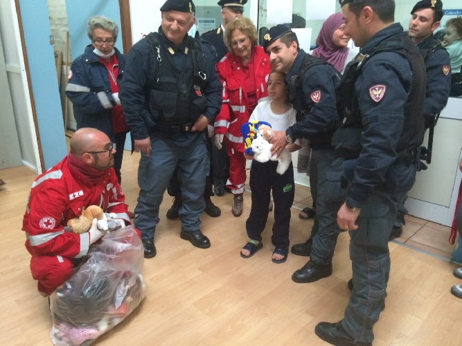 http://www.ragusanews.com//immagini_articoli/22-04-2015/una-barca-di-giocattoli-per-i-bambini-migranti-di-pozzallo-500.jpg