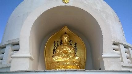 https://www.ragusanews.com//immagini_articoli/22-04-2017/1492855681-pagoda-pace-comiso-faro-buio-mondo-video-2-240.jpg