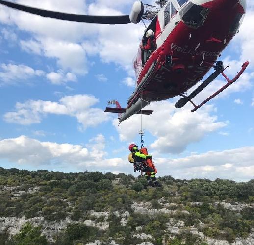 http://www.ragusanews.com//immagini_articoli/22-04-2017/escursionista-caduto-dirupo-salvato-elicottero-500.jpg