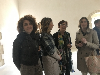 http://www.ragusanews.com//immagini_articoli/22-04-2017/maria-elena-boschi-scicli-visitare-convento-carmine-240.jpg