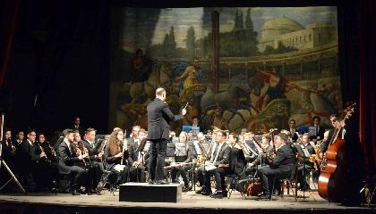 http://www.ragusanews.com//immagini_articoli/22-04-2017/orchestra-fiati-verga-calabria-240.jpg