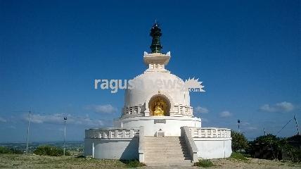 http://www.ragusanews.com//immagini_articoli/22-04-2017/pagoda-pace-comiso-faro-buio-mondo-video-240.jpg