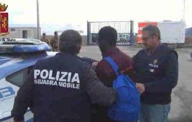 http://www.ragusanews.com//immagini_articoli/22-04-2017/pozzallo-migranti-tenuti-digiuno-libia-arrestato-scafista-240.jpg