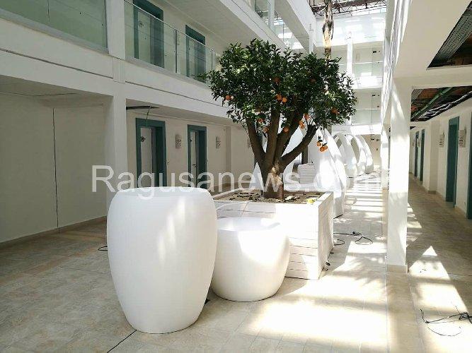 https://www.ragusanews.com//immagini_articoli/22-04-2018/1524431927-ecco-albergo-sorto-posto-chalet-itaparica-foto-1-500.jpg