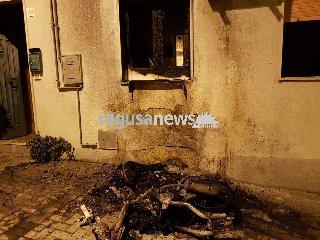 https://www.ragusanews.com//immagini_articoli/22-04-2018/scicli-incendiato-scooter-stradanuova-240.jpg
