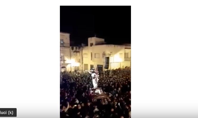 https://www.ragusanews.com//immagini_articoli/22-04-2019/che-spettacolo-il-gioia-di-notte-con-vinicio-che-canta-video-500.png