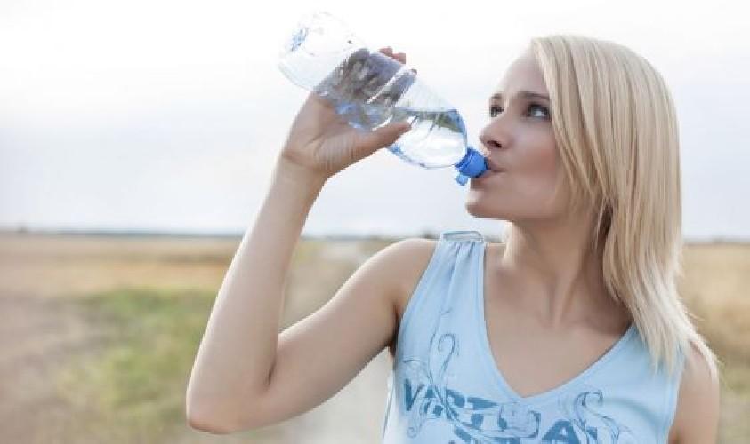 https://www.ragusanews.com//immagini_articoli/22-04-2020/l-importanza-del-bere-acqua-per-il-nostro-organismo-500.jpg