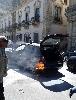 http://www.ragusanews.com//immagini_articoli/22-05-2015/incendia-auto-carabinieri-in-pieno-giorno-arrestato-100.jpg