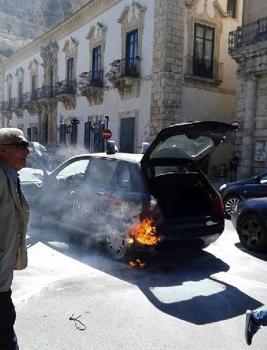 http://www.ragusanews.com//immagini_articoli/22-05-2015/incendia-auto-carabinieri-in-pieno-giorno-arrestato-500.jpg