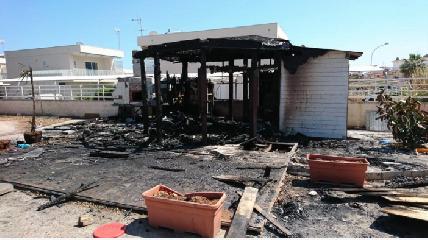 http://www.ragusanews.com//immagini_articoli/22-05-2017/fuoco-chiosco-marina-ragusa-240.png