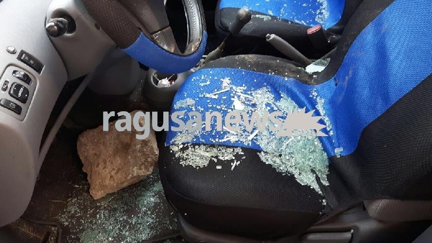 http://www.ragusanews.com//immagini_articoli/22-05-2017/scicli-auto-danneggiate-lancio-grosse-pietre-500.jpg