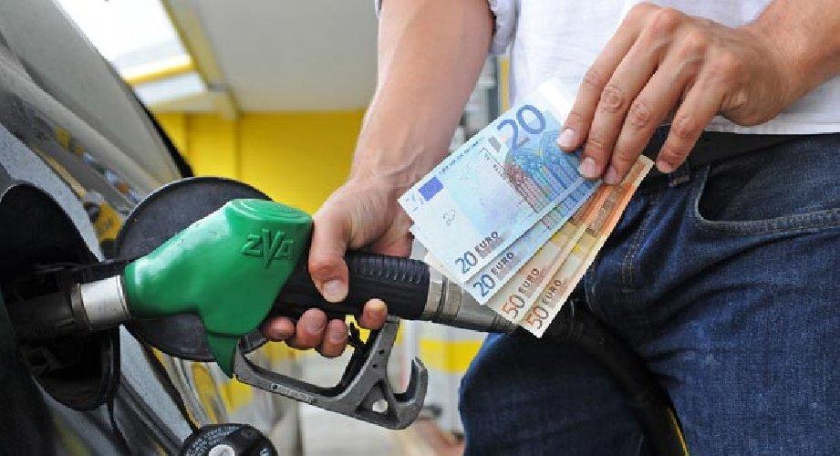 https://www.ragusanews.com//immagini_articoli/22-05-2018/benzina-diesel-prezzi-stelle-500.jpg