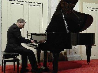 http://www.ragusanews.com//immagini_articoli/22-05-2018/pianista-chris-jarrett-concerto-modica-240.jpg
