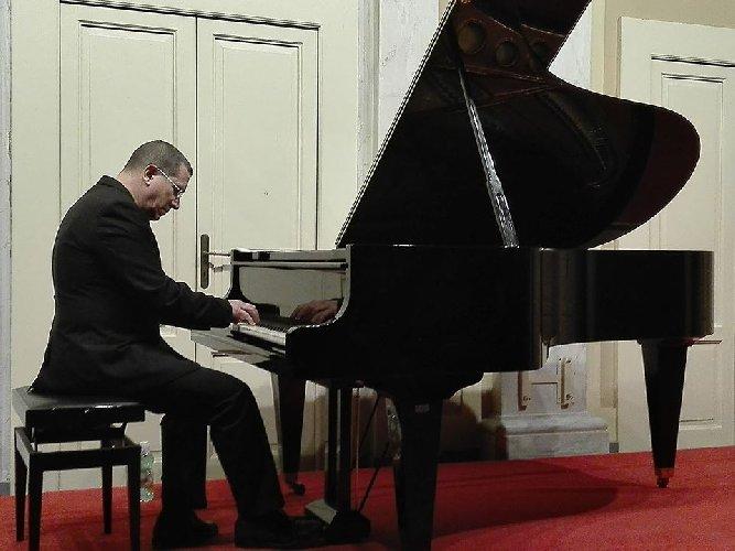 https://www.ragusanews.com//immagini_articoli/22-05-2018/pianista-chris-jarrett-concerto-modica-500.jpg