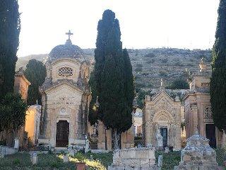 https://www.ragusanews.com//immagini_articoli/22-05-2019/a-scicli-una-passeggiata-culturale-al-cimitero-240.jpg