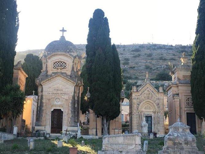 https://www.ragusanews.com//immagini_articoli/22-05-2019/a-scicli-una-passeggiata-culturale-al-cimitero-500.jpg