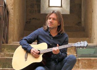https://www.ragusanews.com//immagini_articoli/22-05-2019/lillo-puccio-in-concerto-a-vittoria-240.jpg