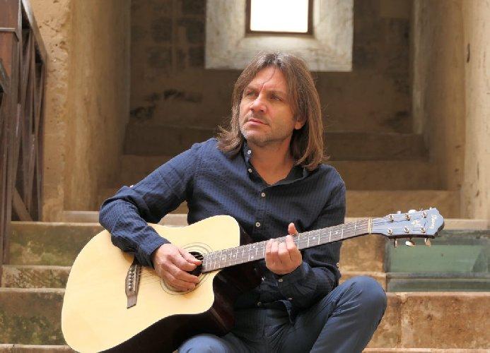 https://www.ragusanews.com//immagini_articoli/22-05-2019/lillo-puccio-in-concerto-a-vittoria-500.jpg
