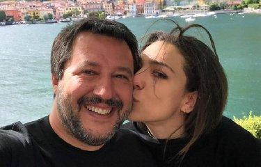 https://www.ragusanews.com//immagini_articoli/22-05-2019/salvini-lasciato-verdini-no-continuiamo-a-baciarci-240.jpg