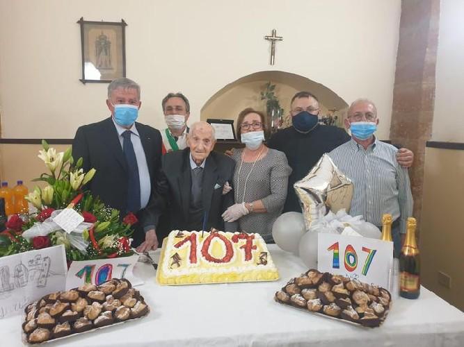 https://www.ragusanews.com//immagini_articoli/22-05-2020/sicilia-nonnino-compie-107-anni-sta-bene-e-vive-in-rsa-senza-contagi-500.jpg