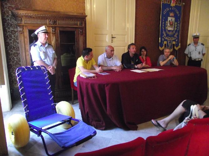 http://www.ragusanews.com//immagini_articoli/22-06-2014/jemme-o-bagno-una-carrozzina-donata-a-vittoria-500.jpg