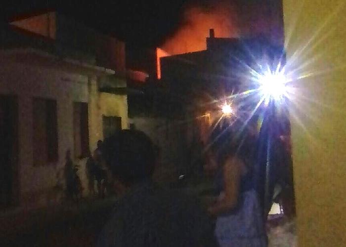 http://www.ragusanews.com//immagini_articoli/22-06-2017/scoppia-bombola-avola-incendio-panico-500.jpg