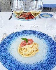 https://www.ragusanews.com//immagini_articoli/22-06-2019/1561190586-la-cucina-di-ammare-in-un-mare-di-champagne-1-240.jpg