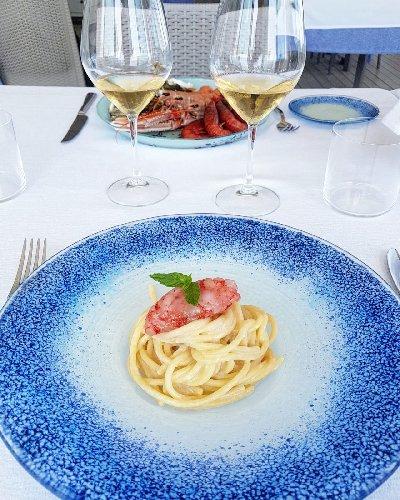 https://www.ragusanews.com//immagini_articoli/22-06-2019/1561190586-la-cucina-di-ammare-in-un-mare-di-champagne-1-500.jpg