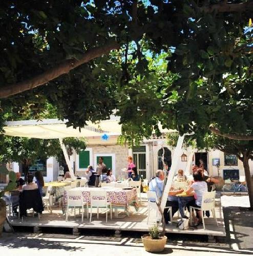 https://www.ragusanews.com//immagini_articoli/22-07-2015/in-piazza-crispi-a-donnalucata-auto-e-moto-in-senso-vietato-500.jpg
