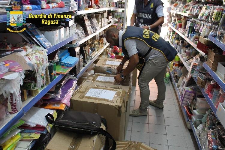 http://www.ragusanews.com//immagini_articoli/22-07-2016/pozzallo-sequestrati-160-mila-articoli-non-sicuri-500.jpg