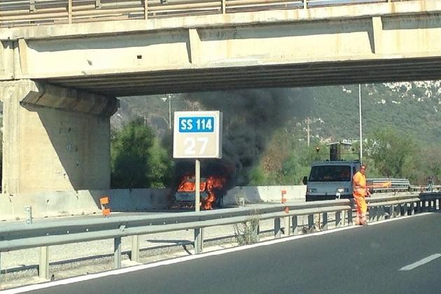 http://www.ragusanews.com//immagini_articoli/22-07-2016/siracusa-auto-in-fiamme-sulla-ss-114-420.jpg