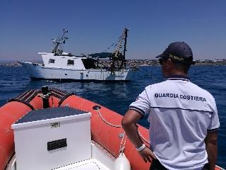 http://www.ragusanews.com//immagini_articoli/22-07-2017/pesca-strascico-costa-carro-sequestro-verbale-240.jpg