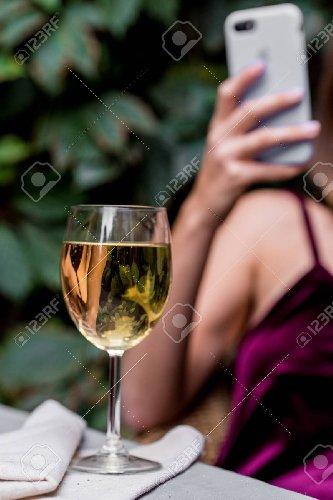 https://www.ragusanews.com//immagini_articoli/22-07-2018/telefonino-raccontera-storia-vino-beviamo-500.jpg