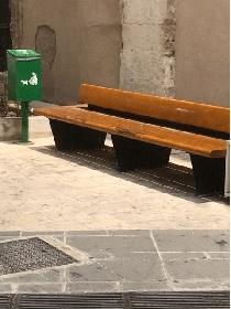 https://www.ragusanews.com//immagini_articoli/22-07-2021/a-ragusa-la-panchina-divelta-vicino-al-recipiente-per-la-popo-dei-cani-280.jpg