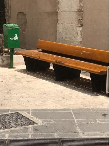 https://www.ragusanews.com//immagini_articoli/22-07-2021/a-ragusa-la-panchina-divelta-vicino-al-recipiente-per-la-popo-dei-cani-500.jpg