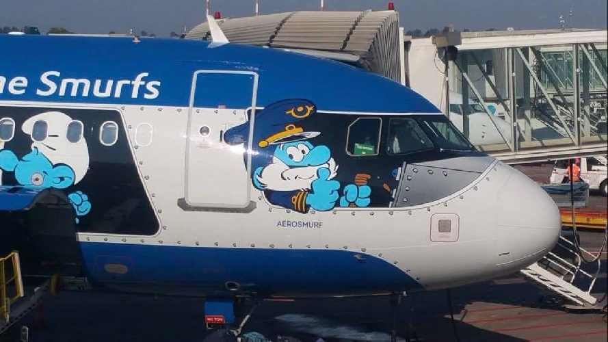 https://www.ragusanews.com//immagini_articoli/22-07-2021/l-aereo-dei-puffi-e-atterrato-all-aeroporto-di-catania-500.jpg