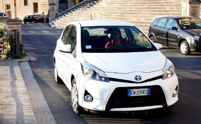 https://www.ragusanews.com//immagini_articoli/22-08-2014/yaris-ibrida-20-km-con-un-litro-di-benzina-500.jpg