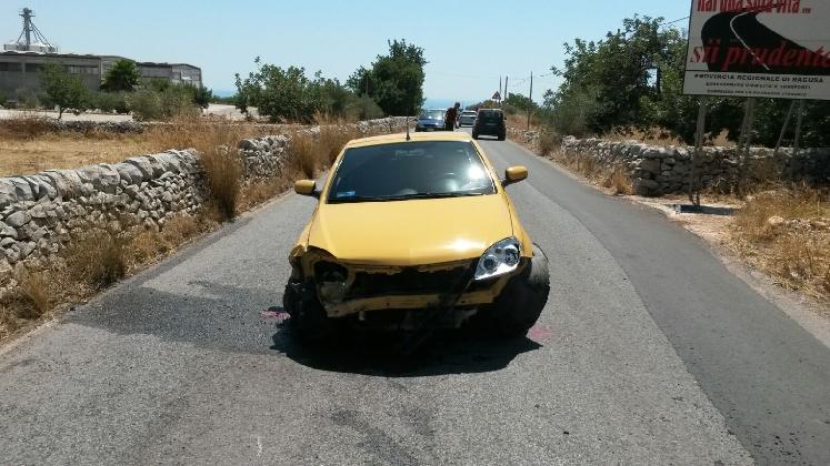 http://www.ragusanews.com//immagini_articoli/22-08-2016/modica-incidente-ferito-il-conducente-420.jpg