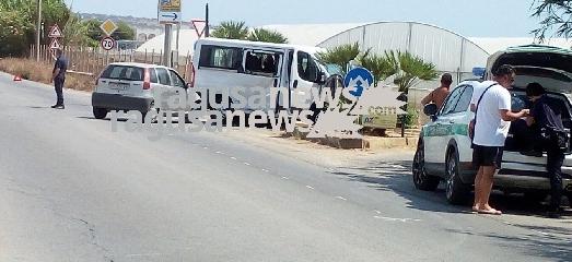 http://www.ragusanews.com//immagini_articoli/22-08-2017/furgone-auto-pezza-filippa-ferito-240.jpg