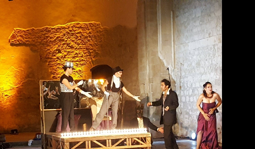 https://www.ragusanews.com//immagini_articoli/22-08-2017/modica-teatri-pietra-scena-caligola-500.jpg