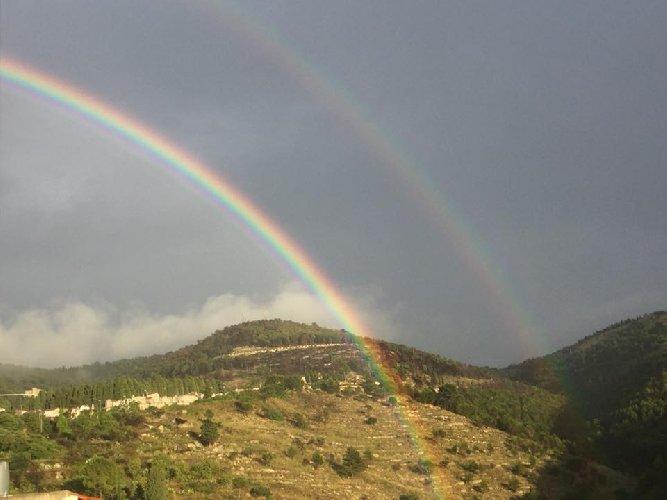 https://www.ragusanews.com//immagini_articoli/22-08-2018/foto-raro-arcobaleno-doppio-chiaramonte-500.jpg