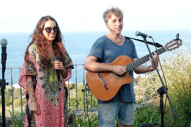 https://www.ragusanews.com//immagini_articoli/22-08-2018/salina-successo-concerti-tramonto-500.jpg