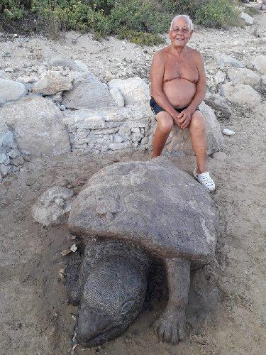 https://www.ragusanews.com//immagini_articoli/22-08-2018/sculture-spiaggia-raffaele-raffa-500.jpg