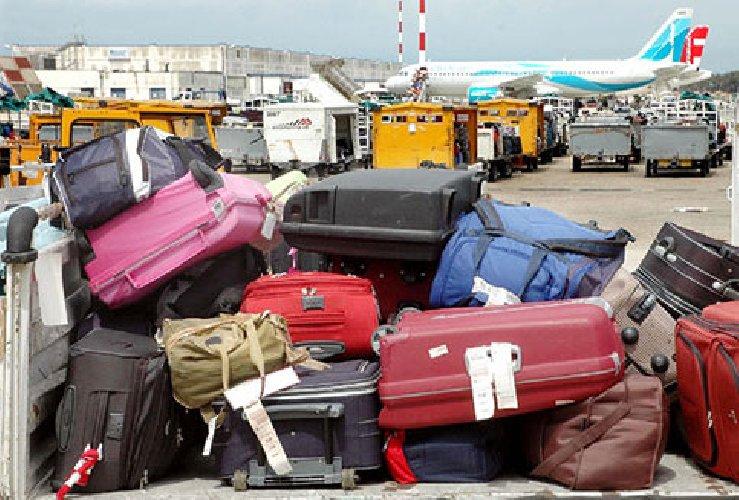 https://www.ragusanews.com//immagini_articoli/22-08-2019/aeroporto-di-catania-operaio-addetto-a-bagagli-ladro-500.jpg
