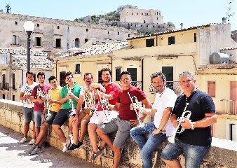 https://www.ragusanews.com//immagini_articoli/22-08-2019/concerto-andrea-lucchi-ed-ensemble-14-trombe-a-scicli-240.jpg
