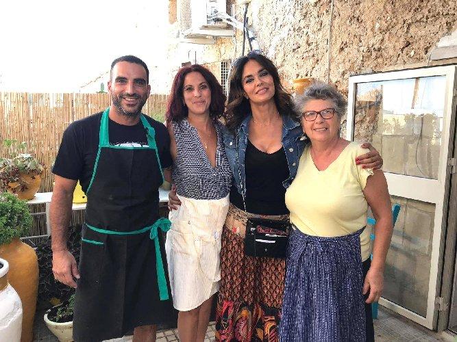 https://www.ragusanews.com//immagini_articoli/22-08-2019/maria-grazia-cucinotta-a-marzamemi-500.jpg
