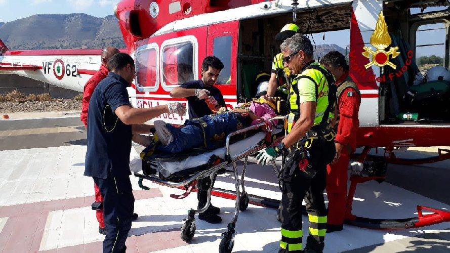 https://www.ragusanews.com//immagini_articoli/22-08-2019/scivola-in-dirupo-elicottero-dei-vigili-fuoco-la-recupera-500.jpg